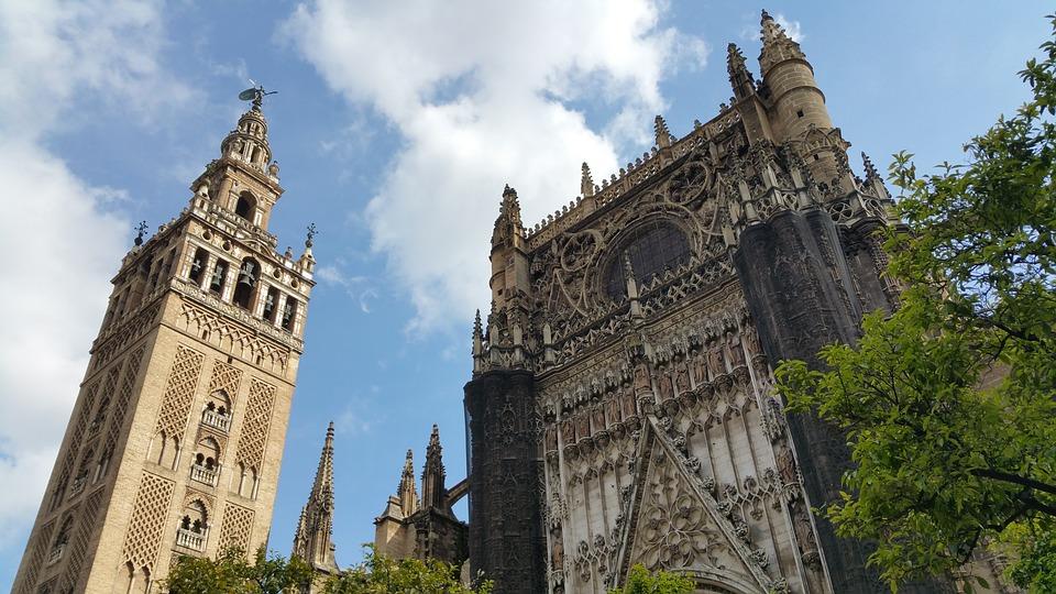 Katedra Najświętszej Maryi Panny wraz z wieżą Giralda - jedno z ważniejszych miejsc w Sewilli